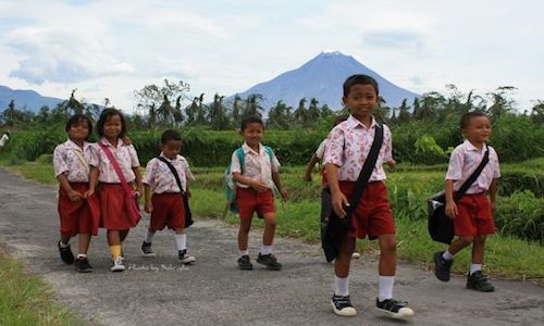 Gambar Anak Sekolah Dasar jalan kaki ke Sekolah