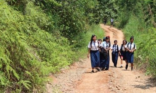Gambar Anak Sekolah Menengah Pertama Jalan Kaki Ke Sekolah