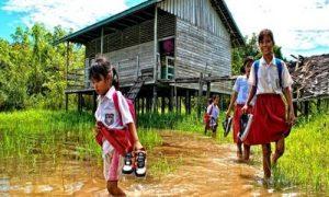 Gambar anak SD berjalan menunju ke Sekolah di Pedesaan