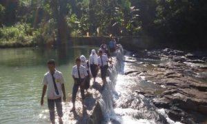 Gambar anak SMA berjalan menunju ke Sekolah di Pedesaan