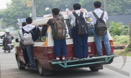 Gambar anak sekolah SMP, SMA berangkat ke sekolah