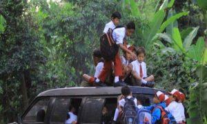 Gambar anak sekolah menunjukkan perjuangan saat pergi ke sekolah