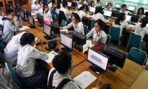 Gambar anak sekolah perkotaan belajar komputer