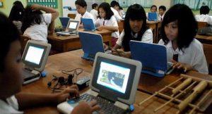 Gambar pertama belajar komputer pada anak sekolah perkotaan