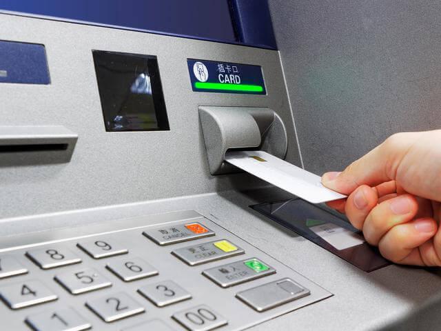 Masukkan Hasanah Debit ke dalam mesin ATM kemudian pilih bahasa