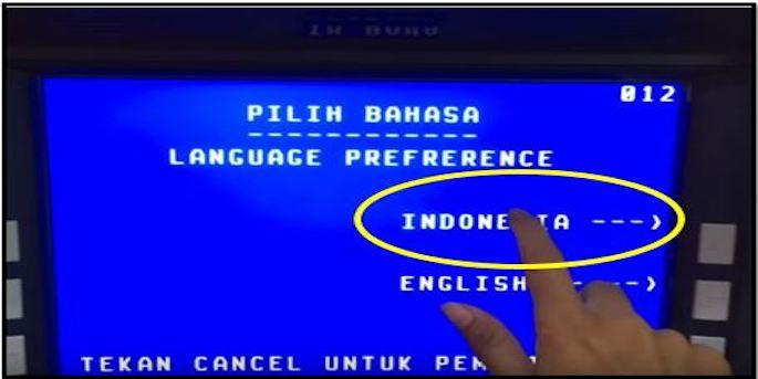 Masukkan kartu ATM ke dalam slot mesin kemudian pilih bahasa yang digunakan.
