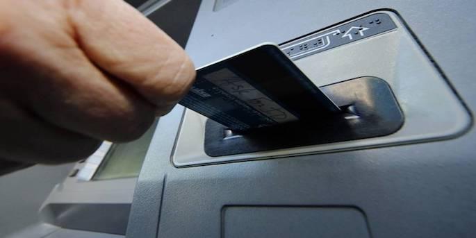 Masukkan kartu ATM ke dalam slot mesin yang sudah disediakan