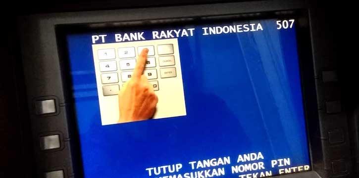 Masukkan-kartu-ke-dalam-mesin-ATM-kemudian-input-PIN-seperti-biasa