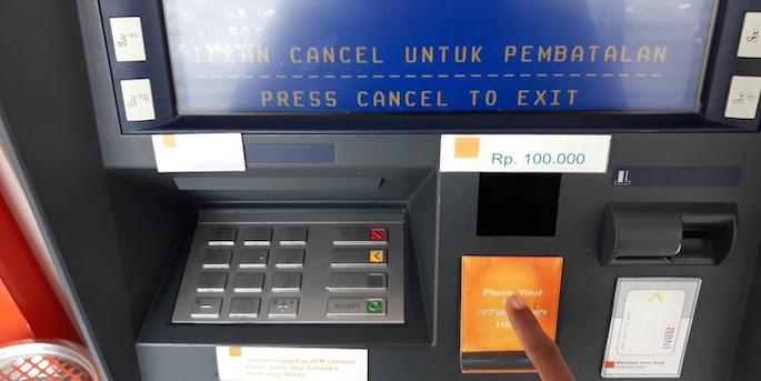 Tempel kartu TapCash pada reader mesin ATM kemudian pilih nominal yang ingin diisikan pada saldo TapCash